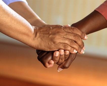 握りしめた手